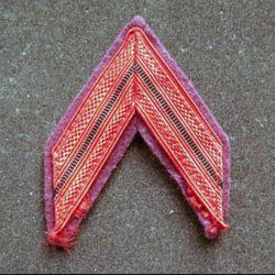 Galon de caporal sur tissu brun violet