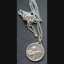médaille argentée de tir diamètre 2,5 cm avec chaînette argentée longueur 60 cm