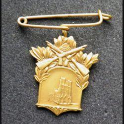 broche en métal doré société de tir de Reims ?   2,5 x 3,2 cm dans son écrin