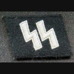 pattes de col allemand SS sur fond noir (reproduction)