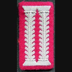 Patte de col d'officier allemand sur fond rouge en cannetille argent (repro ?)