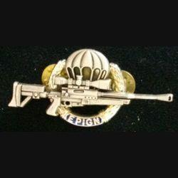 EPIGN : insigne métallique de brevet de tireur d'élite de l'escadron parachutiste d'intervention de la Gendarmerie nationale EPIGN de fabrication Boussemart 2002 modèle argent sur fond bleu
