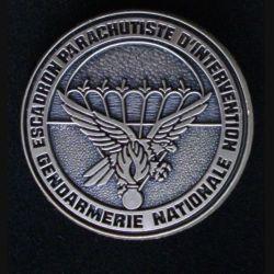 EPIGN : insigne métallique de l'escadron parachutiste d'intervention de la Gendarmerie nationale EPIGN de fabrication Boussemart 2002 modèle tout métal vieil argent