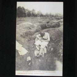 CARTE POSTALE GUERRE 1914-1918  : POILU CHERCHANT SES POUX