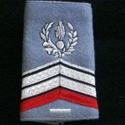 FOURREAU COMMISSARIAT : Fourreau de caporal-chef engagé du commissariat avec une barre d'ancienneté sur fond gris clair