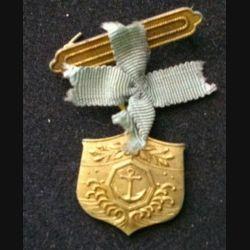 JAPON : une médaille de la seconde guerre mondiale de dimension 2,3 x 2,5 cm environ en métal doré