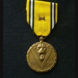 BELGIQUE : médaille commémorative de la 2° guerre mondiale 1940-1945 avec les sabres en réduction