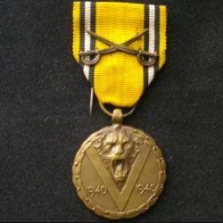 BELGIQUE : médaille commémorative de la 2° guerre mondiale 1940-1945 avec les sabres en taille ordonnance
