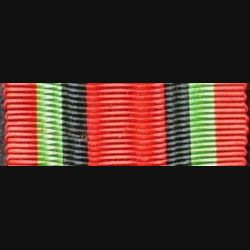 INCONNU : Ce ruban est de couleur rouge avec deux bandes noires et vertes
