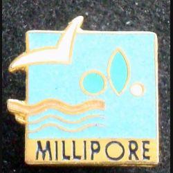 Pin's sportif : pin's MILLIPORE Natation
