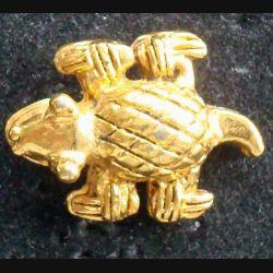 PIN'S BIJOUX ANIMAUX : Pin's hirondelle avec poinçon au dos