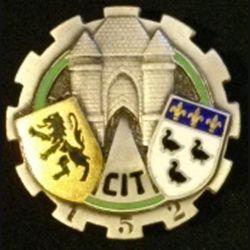 152° CIT : insigne métallique du 152° centre d'instruction du train de fabrication Drago Paris G. 1364 dos lisse en émail
