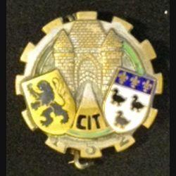 152° CIT : insigne métallique du 152° centre d'instruction du train de fabrication Aremail Paris G. 1364 dos grenu bronze en émail