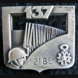 137° RI : Insigne métallique du 137° régiment d'infanterie 2° bataillon de fabrication Arthus Bertrand Paris dos lisse