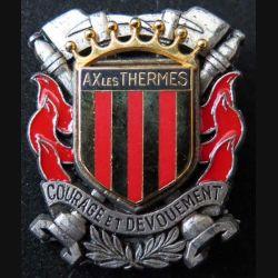 POMPIERS : insigne métallique des pompiers de Ax les Thermes de fabrication Ballard sur son cuir (1)