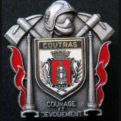 POMPIERS : insigne métallique des pompiers de Coutras de fabrication Ballard sur son cuir (1)