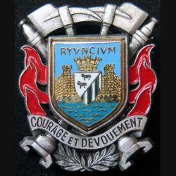 POMPIERS : insigne métallique des pompiers de Rions (en latin RYVNCIVM riuntium) de fabrication Ballard sur son cuir (1)