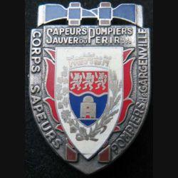 POMPIERS : insigne métallique des pompiers de Gargenville de fabrication Ballard sur son cuir (2)