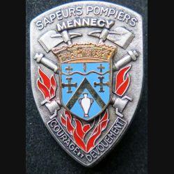 POMPIERS : insigne métallique des pompiers de Mennecy de fabrication Ballard sur son cuir (2)