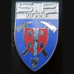POMPIERS : insigne métallique des pompiers de Vienne (bandeau argent brillant) de fabrication Ballard sur son cuir (3)