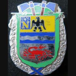 POMPIERS : insigne métallique des pompiers de Fontainebleau de fabrication Ballard sur son cuir (3)