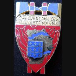 POMPIERS : insigne métallique des pompiers de Seine et Marne de fabricatoion Ballard sur son cuir (3)