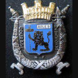 POMPIERS : insigne métallique des pompiers d'Arles de fabrication Ballard sur son cuir (4)