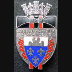 POMPIERS : insigne des sapeurs pompiers de Versailles grandes haches et argenté de fabrication Ballard sur son cuir (9)