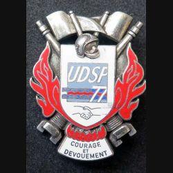 POMPIERS : insigne métallique de l'union départementale des sapeurs pompiers de Seine et Marne UDSP 77 fond argenté de fabrication Ballard sur son cuir (10)