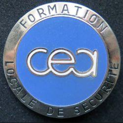 CEA : insigne métallique de la formation locale de sécurité du CEA commissariat à l'énergie atomique de fabrication Ballard
