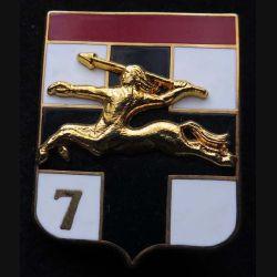 7° DB : insigne métallique de la 7° division blindée de fabrication ballard G. 1199 avec chiffre 7