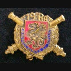 19° RA : insigne métallique du 19° régiment d'artillerie fabricant non marqué H. 323 en émail