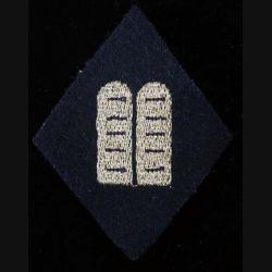 LOSANGE DE BRAS MODÈLE 45 : insigne officiel d'aumônier israélite titulaire avec les tables de la loi dorées sur un fond noir