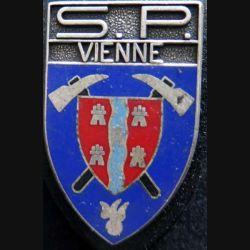 POMPIERS : insigne métallique des pompiers de Vienne (bandeau argent mat) de fabrication Ballard sur son cuir (3)