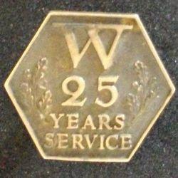 Insigne de boutonnière anglais 3 cm 25 années de service W 25 YEARS SERVICE attribuée à H.LEAKEen argent (L 24)