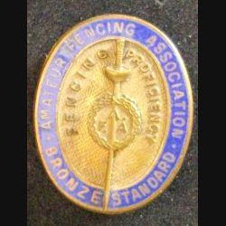 Très vieille broche insigne anglais de AMATEUR FENCING ASSOCIATION en bronze émaillé de hauteur 3,2 cm (L 24)