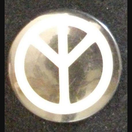 insigne de type pin's des années 1970 PEACE de diamètre 2,5 cm (L 24)