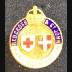 insigne anglais de type broche de la  RED CROSS & ST JOHN WAR ORGANISATION en émail de diamètre 2 cm (L 24)