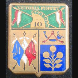 10° RD : insigne métallique du 10° régiment de dragons Victoria Pinget de fabrication Drago en émail casque plat