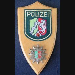 Plaque avec insigne de la Police allemande tissu et métal sur écu de bois (C168)
