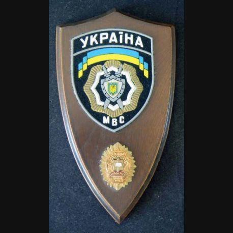 Plaque avec insigne de la Police ukrainienne tissu et métal sur écu de bois (C168)
