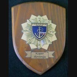 Plaque avec  insigne de la Police slovène métallique sur écu de bois (C168)
