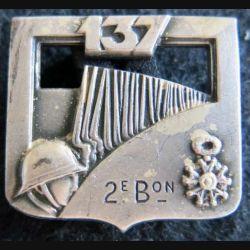 137° RI : Insigne métallique du 137° régiment d'infanterie 2° bataillon de fabrication Arthus Bertrant Paris dos lisse
