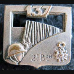 137° RI : Insigne métallique du 137° régiment d'infanterie 2° bataillon fabrication Arthus Bertrant Paris épingle non conforme