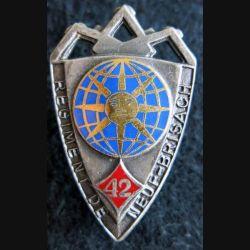 42° RI : Insigne métallique du 42° régiment d'infanterie de fabrication Drago Paris dos guilloché