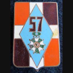 57° RI : insigne métallique du 57° régiment d''infanterie Drago Paris G. 2091 émail
