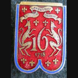 16° RD : insigne métallique du 16° régiment de dragons de fabrication Drago Paris en émail