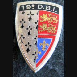 19° DBI : insigne métallique de la 19° demi-brigade d'infanterie de fabrication Drago Paris G. 1033 en émail