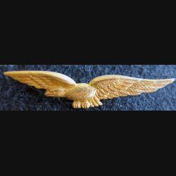 AIR : insigne de calot de l'armée de l'Air charognard en métal doré embouti avec pattes de fixation