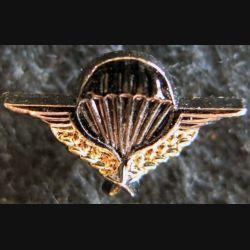 PARACHUTISTE : pin's représentant le brevet parachutiste militaire en réduction 18 x 10 mm de fabrication BMB Traditions